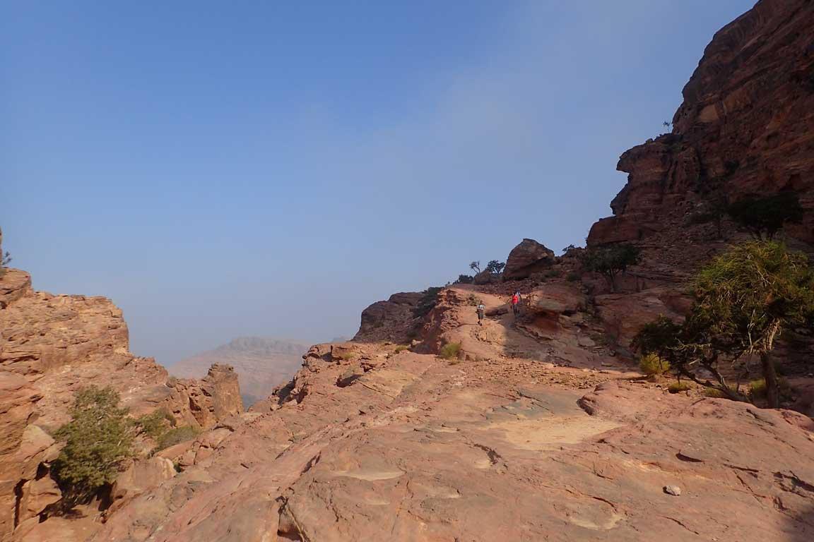A l'esquerra, el torrent; a la dreta, el camí que volta darrere la muntanya