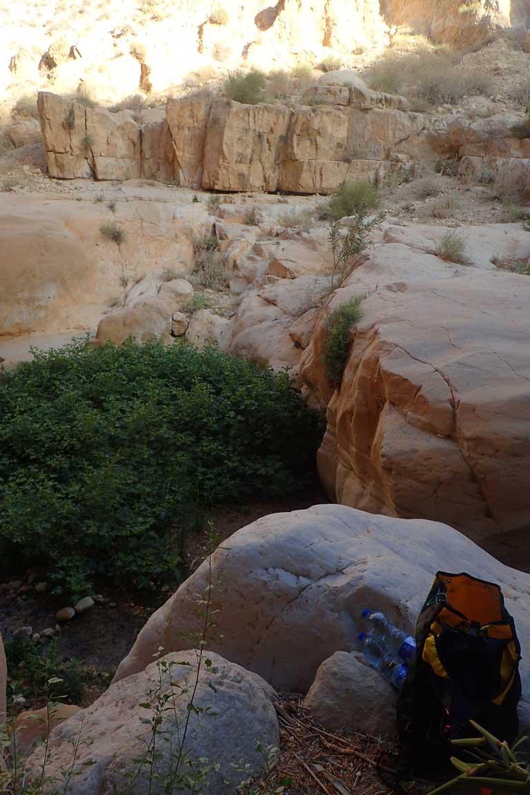 Roques blanques que indiquen l'inici del Wadi Karak