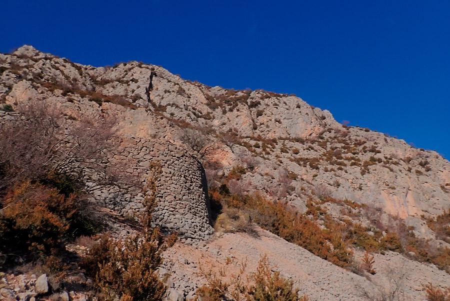 algunes de les altes parets que sostenen el camí de Canals cap al Grau de l'Ós