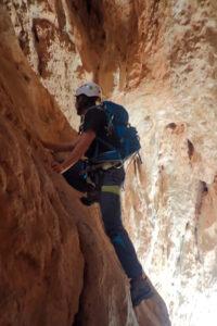 grimpant dins les Coves dels Talibans