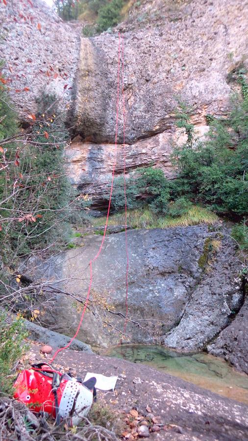 30 metres de ràpel a cal catriques de travil, el Berguedà